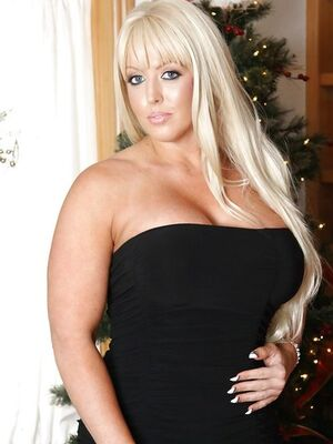 Mofos - Curvaceous blonde MILF with round tatas gets rid of her clothes