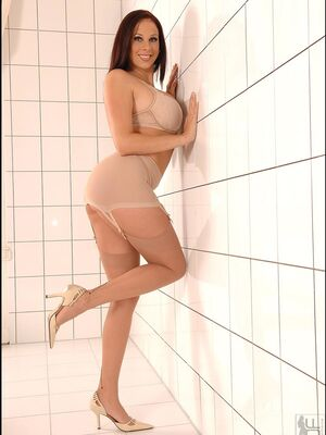Hot Legs and Feet - Voluptuous MILF Gianna Michaels flaunting her bubble butt & her big tits