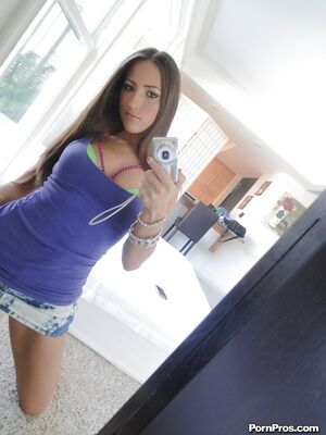 Real Exgirlfriends - Spicy girlfriend Lizz Tayler is posing on the camera so sexy
